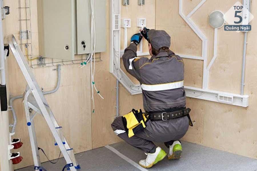 Nhân viên bảo trì điện