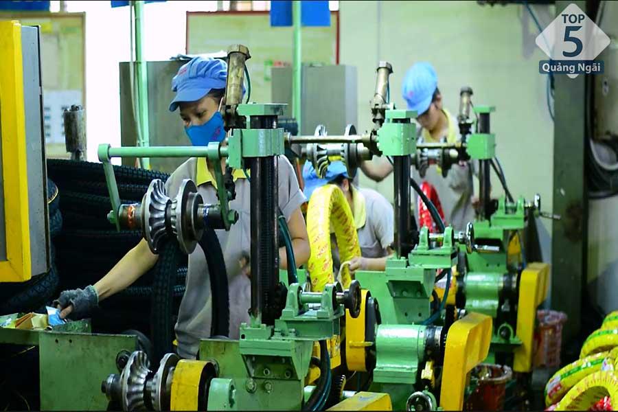 công nhân sản xuất các linh kiện ô tô