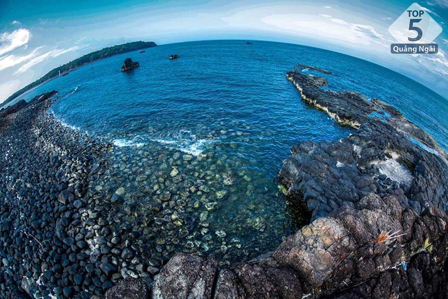 Bờ phía Nam cửa biển Sa Kỳ là thắng cảnh Thạch Ky điếu tẩu