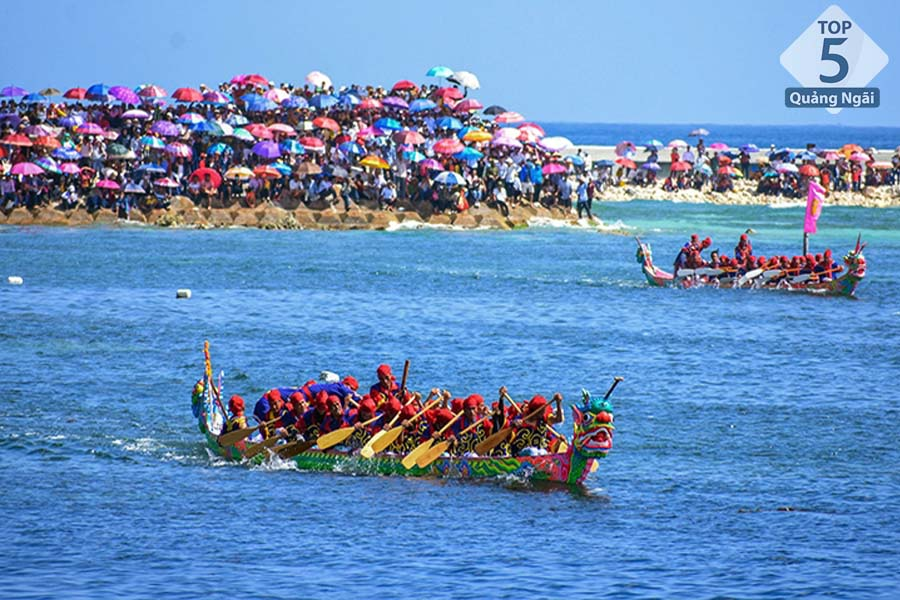 không khí rộn ràng tại lễ hội đua thuyền ở Lý Sơn