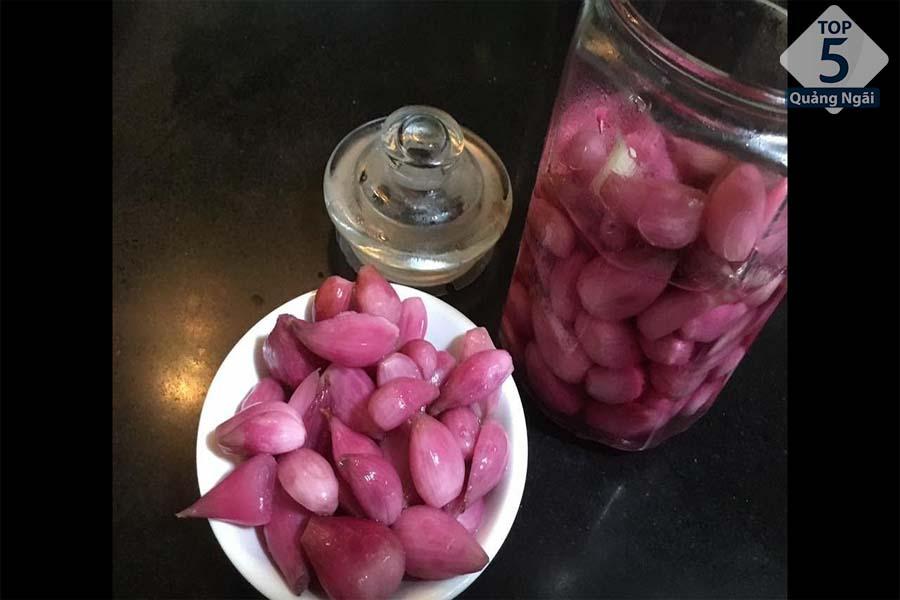 Chính vì độ thơm ngon, giòn, không hăng nên hành tím Lý Sơn được ưa chuộng nhất khi muối chua