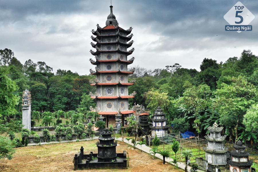 Ngôi chùa uy nghi, cổ kính thu hút rất nhiều khách du lịch
